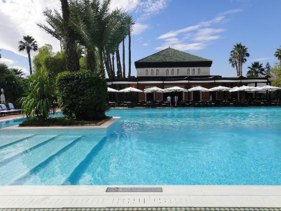 La Mamounia Marrakech: La piscina ed uno dei bar esterni sullo sfondo