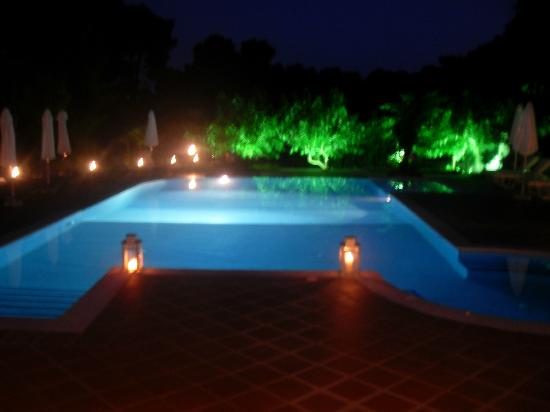 Eliso Studios & Apartments: pool at night