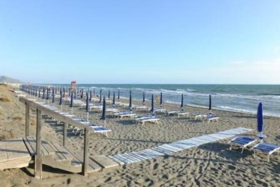 La Serra Holiday Village & Beach Resort : La spiaggia all'alba. 340 metri di spiaggia privata raggiungibili a piedi