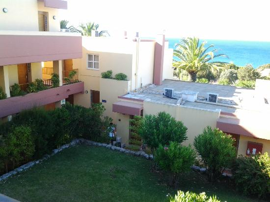 Hotel Baia Cristal: internal garden/ocean