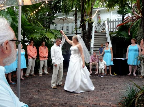 Old Town Manor : Dancing in the gardens