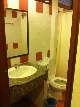 Baan Khachathong: Bathroom