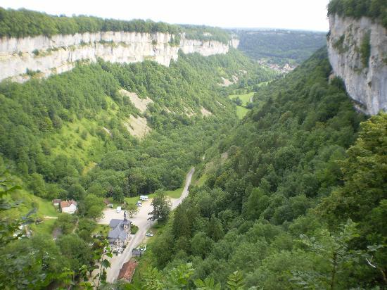 Reculée de Baume les Messieurs : Vue de la vallée depuis le belvère des grottes