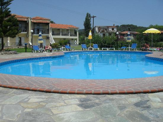Maria Yiannis Apartments: The pool