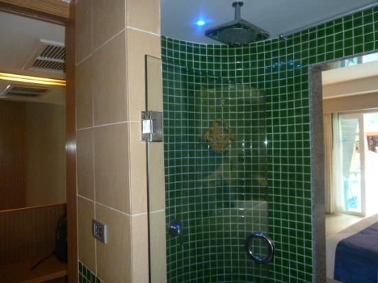 Blue Ocean Resort: Lovely Rain shower
