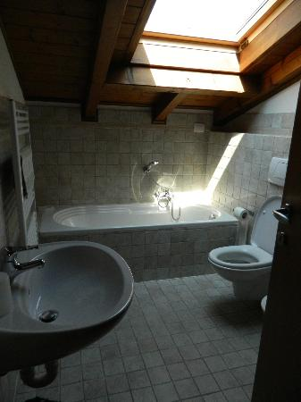 Casa Lory: You can not stand in the bath, you will hit your head...