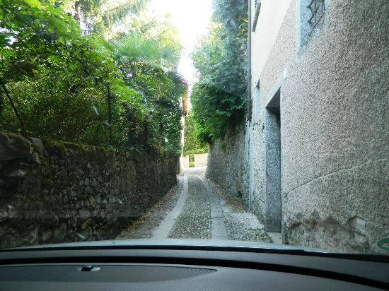 Casa Lory: the road in is too small!!! at the right see the wall where lots of cars crashed into.
