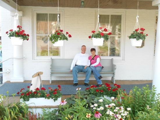 Casselman Inn: Sitting on the front porch swing