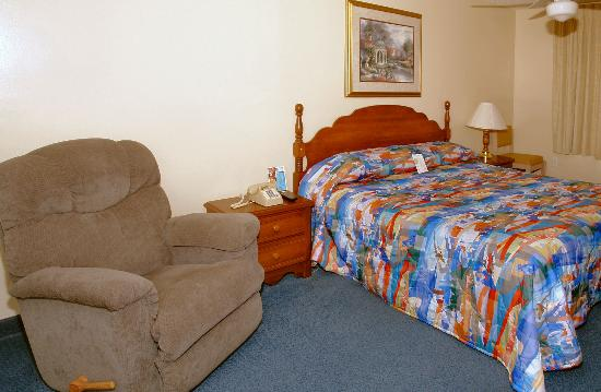 Motel 6 Newport: Suite- Master Bedroom