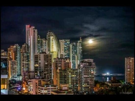 Amador Ocean View Hotel & Suites: panama city night view from hotel area