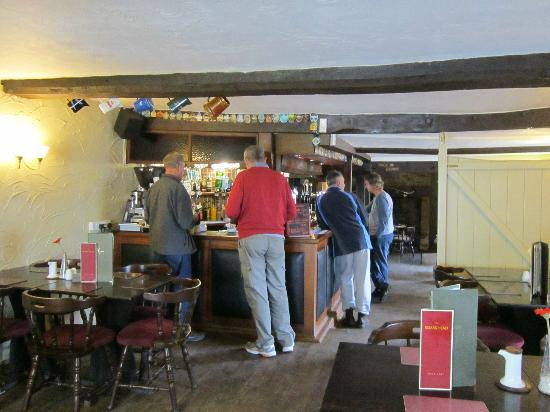 Old Brick Guesthouse: Ordering drinks at the Boars Head
