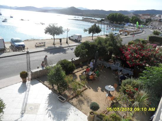 Hotel Isula Rossa : colazione in giardino