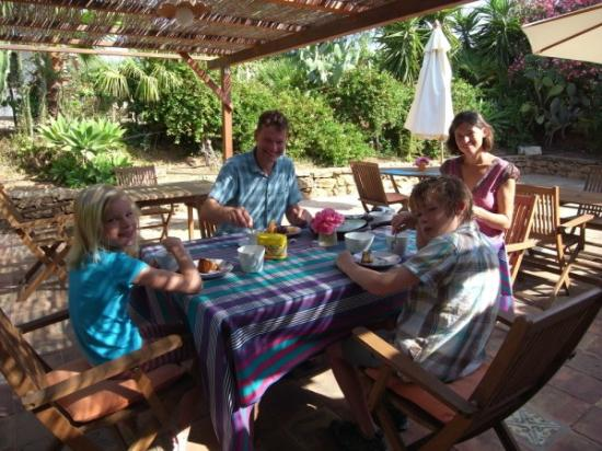 Sotto la Palma : cosy breakfast terrace with delicious cake, fruit, yoghurt and coffee