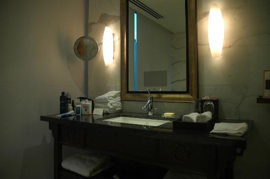 Shangri-La Hotel, Vancouver: Bathroom vanity