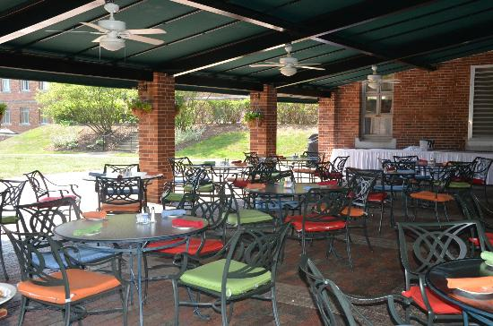 The Bertram Inn at Glenmoor: Outdoor dining area.