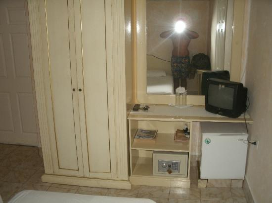 Hotel la Terraza: wardrobe, fridge, tv, me in mirror
