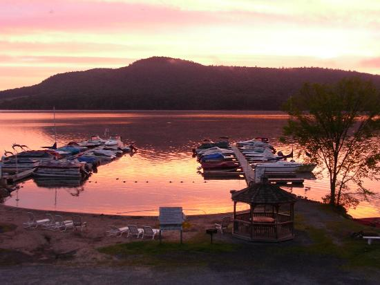 Bayside Inn & Marina: Orange sunrise on Glimmerglass Lake (Otsego)