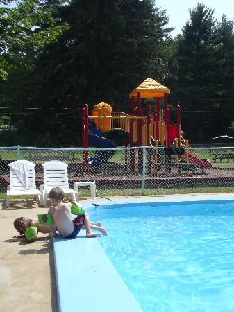 Perry's Motel & Cottages: Pool