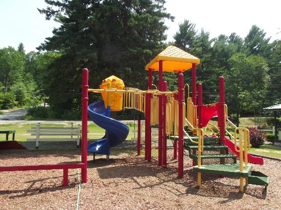 Perry's Motel & Cottages: Playground
