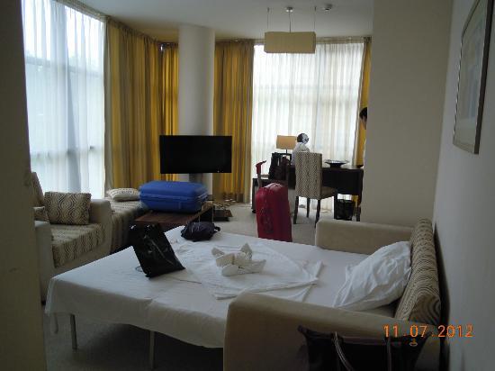 Hotel Burgas: es el salón convertido en habitación con tra tv de plasma