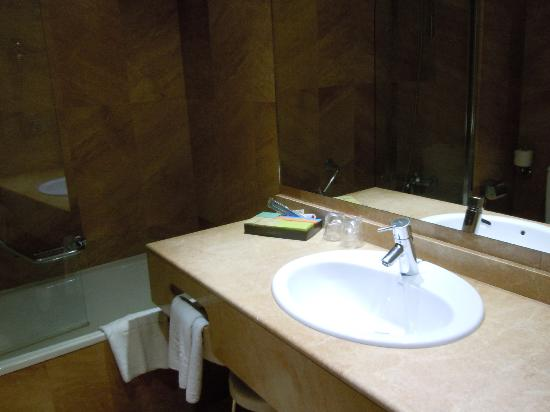Silken Amara Plaza Hotel: Bathroom