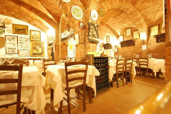 Grotta di Santa Caterina: la sala nelle cantine di un palazzo medioevale
