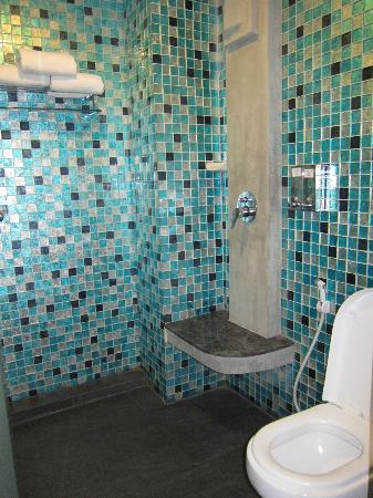 Blutique Hotel: toilet with ready shower gel and hair shampoo