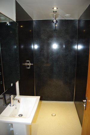 Globe Backpackers: We offer fabulous modern shower rooms July 2014