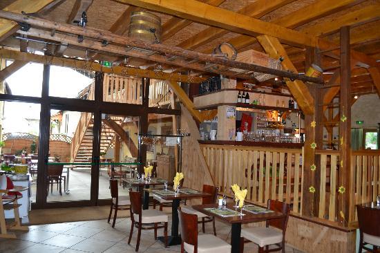 Auberge des Sauterelles: Le bar, la salle et la terrasse couverte