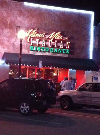 Mama Mia Italian Ristorante: Front of restaurant with valet parking