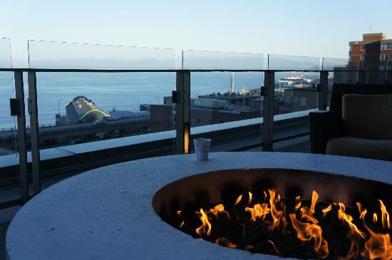Four Seasons Hotel Seattle: Sit in front the camp fire by the pool