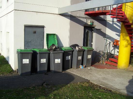 hotelF1 Saint Etienne : Sur le parking, à peine cachées