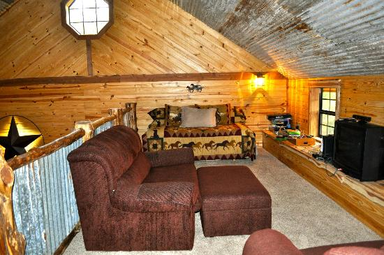 Pappy's Paradise Bed & Breakfast: Loft area with games and trundle bed at Texas House