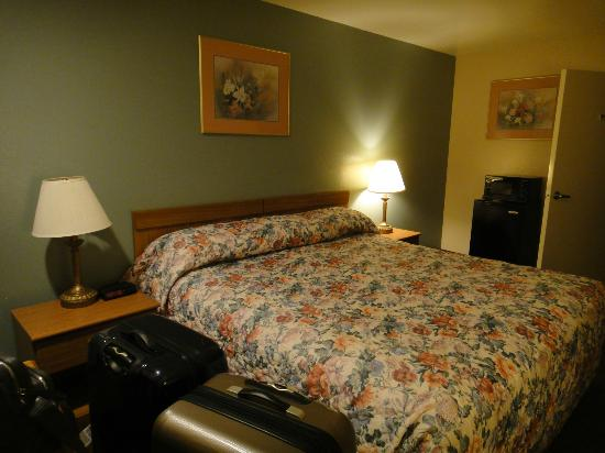 Ramada San Luis Obispo: Bed, Fridge, Microwave