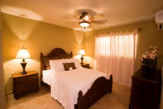 Clarion Suites Roatan at Pineapple Villas: Comfortable rooms with Air conditioning, internet and flat screen TV's