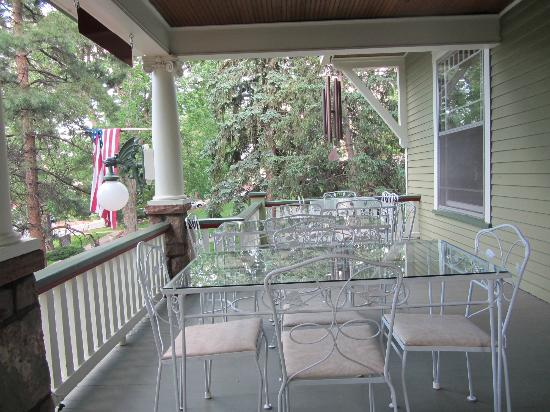 Avenue Hotel Bed and Breakfast: Front porch, breakfast is served