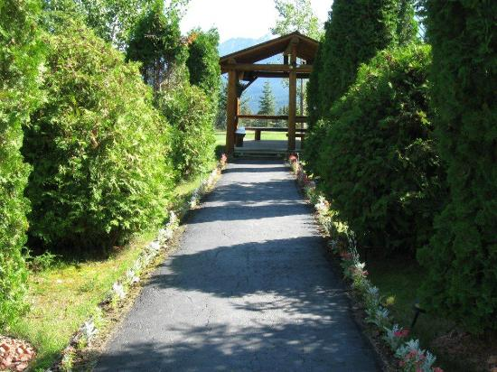McLaren Lodge Bed & Breakfast: Entrance walkway