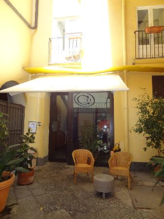 Caravaggio Hotel: Hotel courtyard