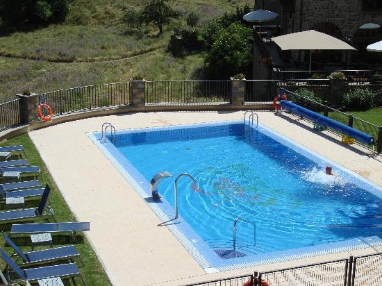 Villa de Torla: heerlijk zwembad met ligstoelen