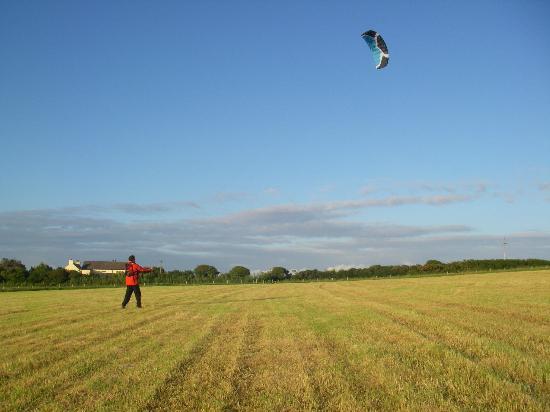 Ty Parke Farm Camping: Kite flying in the farm field