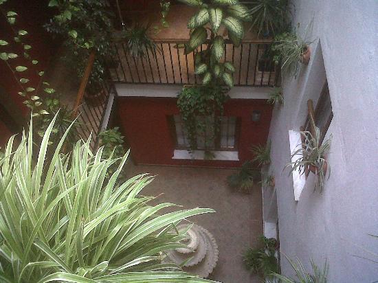 Hostal Al-Andalus: Patio interior de colores cálidos.