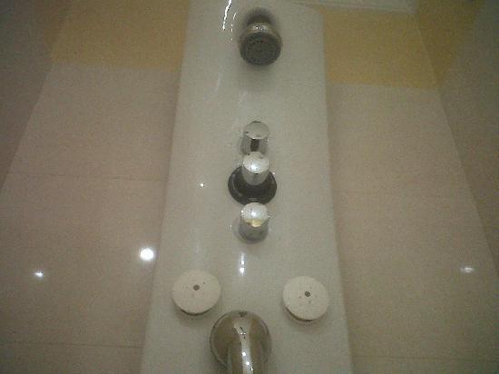 Hostal Al-Andalus: Todas los baños tienen duchas con columnas de hidromasaje.