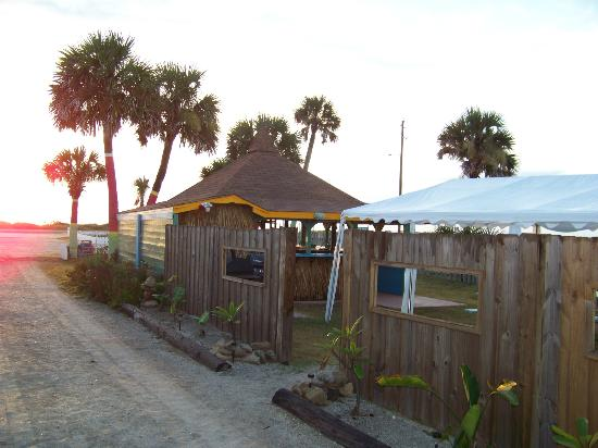Si Como No Inn: Tiki Bar on other side of fence.