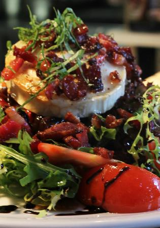 Oakley's Grill & Pizzeria: Goat's cheese and bacon salad