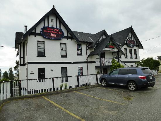 The Old Courthouse Inn: Rear entrance of Old Courthouse Hotel, Powell River