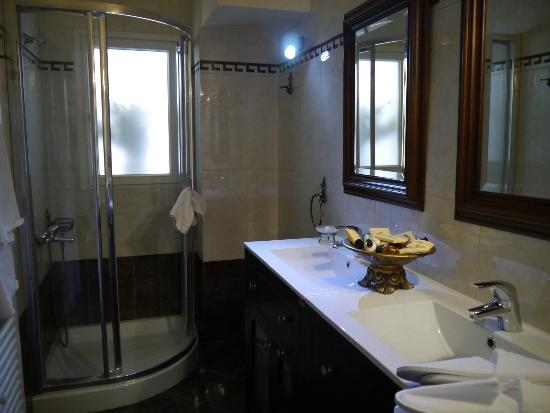 Korina Gallery Hotel: Our ensuite