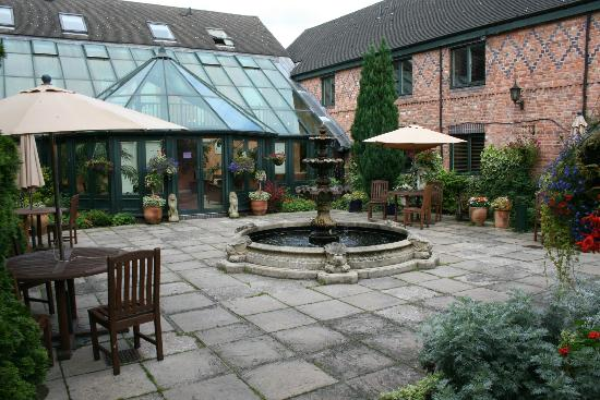 Grosvenor Pulford Hotel & Spa: central patio area