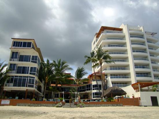 Suites Atlas: Hotel seen from the beach