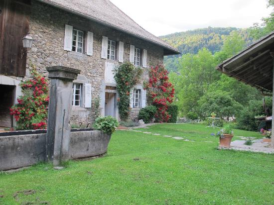 The Farmhouse - Mas de la Coutettaz : Beautiful garden and view of the Farmhouse