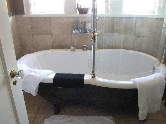 Abigail's Hotel: Fireplace Room's tub